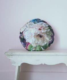 Supercamp Fleurs de Marie Antoinette round cushion - Peony and Bees